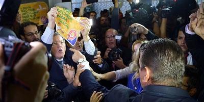 Brasília - Grupos pró e contra o impeachement da presidente Dilma se enfrentam no Congresso durante a protocolação de mais um pedido de impeachement (Fabio Rodrigues Pozzebom/Agência Brasil)