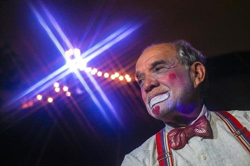 """São Paulo 25/02/2016 Athos Silva Miranda, palhaço """"Chumbrega""""  FOTO PAULO PINTO/FOTOS PUBLICAS  ...um dia vou deixar o circo, mas o circo  jamais sairá de dentro de mim. Assim Athos Silva Miranda, ou Chumbrega, externa o seu íntimo desejo. Athos aos 73 anos , é a terceira geração de artista circense, cuja origem vem de avós romenos e austríacos, ou seja, trás no sangue a estirpe  de uma família que nasceu para o espetáculo, para levar alegria e entretenimento de norte a sul , de leste a oeste, viajar pelo mundo. Desde o trapézio ao malabarismo onde começou sua trajetória, Athos com o tempo transformou-se no palhaço """"Chumbrega"""", aquele que faz rir, que faz cada um sentir-se criança, com sorriso aberto, franco, descontraído. Hoje no circo Stankovich, a família de Athos já está na quinta geração de artistas, seus filhos e netos já se incorporaram ao picadeiro, os netos ainda timidamente, mas com sangue e alma circense esse legado vai se perpetuando. O Palhaço segundo Athos (Chumbrega) é o agente da alegria do entretenimento, do bom humor. Fazer palhaçada é para aqueles profissionais que dedicam  uma  vida a essa arte, essa mesma arte, que os torna conscientes de seu trabalho, é de onde sai o seu sustento, o picadeiro. Esse mesmo picadeiro que não aceita rancores, dores, lamentos. Esse picadeiro só cobra uma coisa desse artista, alegria, e não alegria contida, e sim a  alegria compartilhada. A vida de um artista de circo nem sempre é colorida,  mas embaixo da lona no  picadeiro as cores aparecem, brilham, e essa é a mágica do palhaço do ator. Um livro só é bom quando você consegue ler e os ensinamentos  que ele contém, você consegue passar aos outros e assim ele se multiplica, se dissemina.   """"...sou criança, sou vida, sou o instante de alegria que todos querem partilhar. Sou poeta sou cantor, sou sorriso e sou ator. Sou delas um pedaço, sou para elas um simples palhaço. Esse é """"Chumbrega"""" ou melhor, Athos aquele qu"""