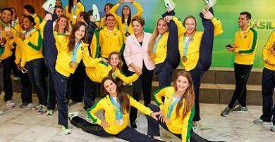 Brasília - DF, 27/08/2015. Presidenta Dilma Rousseff durante cerimônia de recepção às delegações do Brasil nos Jogos Pan-Americanos e Parapan-Americanos de Toronto 2015 e homenagem aos 10 anos do Programa Bolsa Atleta no Palácio do Planalto. Foto: Roberto Stuckert Filho/PR