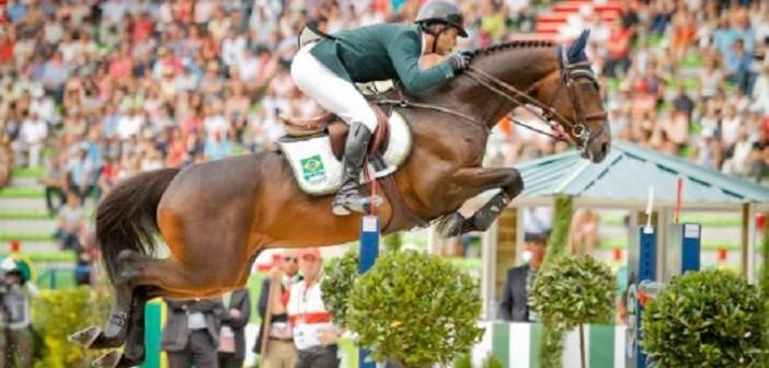 Medalhista de ouro em Atenas, o cavaleiro Rodrigo Pessoa em competição com o cavalo Status. Foto:  Luis Ruas/CBH