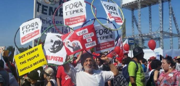 Protesto na orla de Copacabana, faz organização desviar trajeto da tocha olímpicaIsabela Vieira/Agência Brasil