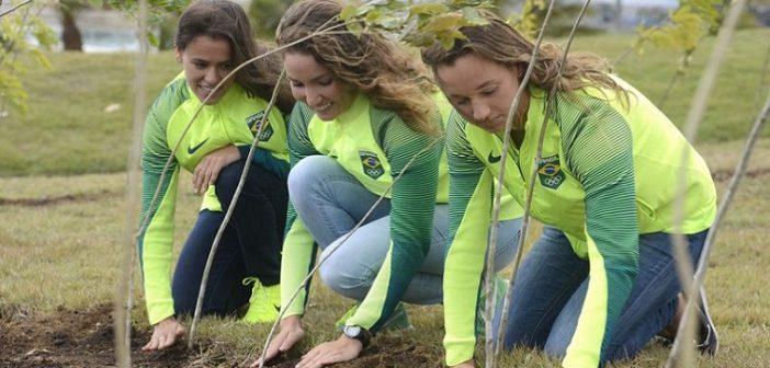Rio de Janeiro - Em comemoração ao Dia da Árvore,  atletas do Time Brasil fazem o plantio das 100 primeiras mudas da Floresta dos Atletas no Parque Radical, em Deodoro. (Tânia Rêgo/Agência Brasil)
