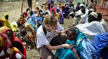 Amal was admitted to the MSF clinic on the 12th of June. She was first located at K43 with UNHCR and proceeded to Kilo18 and was then referred to the Jamam hospital, she probably has TB. Nurse Emma Massey from Sweden is examining her.