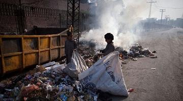 Crianças catando lixo em Lahore, capital e a mais populosa cidade da província do Punjab, no Paquistão. Foto: UNICEF / Marta Ramoneda